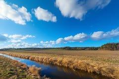 Обрабатываемая земля с оросительным каналом Стоковая Фотография RF