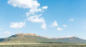 Обрабатывайте землю сцена около эксцельсиора с горой Koranna в задней части Стоковое фото RF
