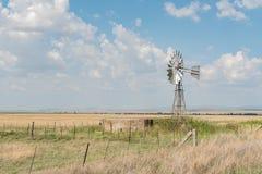 Обрабатывайте землю сцена с вод-нагнетая ветрянкой между Verkeerdevlei и Стоковая Фотография RF