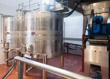 Обрабатывать вина материальный в танках на заводе стоковое изображение rf