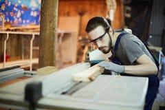 Обрабатывать деревянную доску стоковые фото