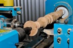 Обрабатывать деревянных заготовок в машине конец вверх стоковая фотография rf