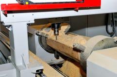 Обрабатывать деревянных заготовок в машине конец вверх стоковое фото