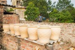 Обрабатывать засыхание вазы гончарни в деревне Trang летучей мыши старой керамической Деревня Trang летучей мыши самое старое и с стоковая фотография rf