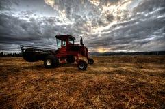 Обрабатывать землю работающ поле Стоковая Фотография