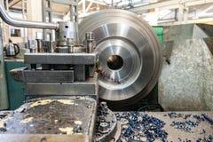 Обрабатывать металла на машине Поворачивая работа в продукции стоковые фотографии rf