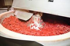 Обрабатывать мяса в пищевой промышленности на резце стоковая фотография