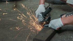 Обрабатывать острые края на металлической статье сток-видео