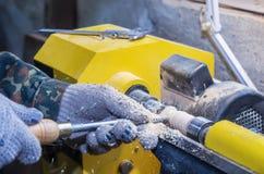 Обрабатывать древесины на токарном станке стоковая фотография rf