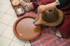 Обрабатывать семена argan стоковые фотографии rf