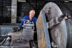 Обрабатывать управлений оператора машины тернера поворачивать металла большой стоковые фотографии rf