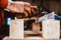 Обрабатывать части мебели машиной для полировать дерево шлифовальный станок на доске, селективном фокусе стоковые фото