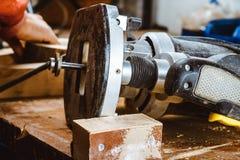 Обрабатывать части мебели машиной для полировать дерево шлифовальный станок на доске, селективном фокусе стоковая фотография