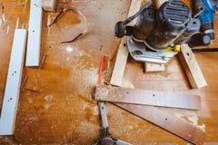 Обрабатывать части мебели машиной для полировать дерево шлифовальный станок на доске, селективном фокусе стоковые изображения