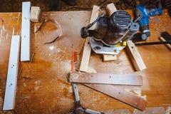 Обрабатывать части мебели машиной для полировать дерево шлифовальный станок на доске, селективном фокусе стоковое изображение