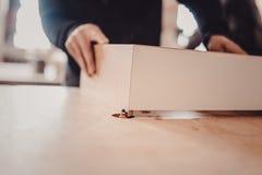 Обрабатывать части мебели машиной для полировать дерево стоковые изображения rf