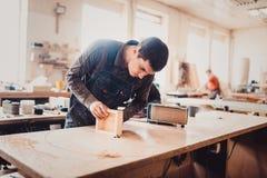 Обрабатывать части мебели машиной для полировать дерево стоковые фото