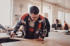 Обрабатывать части мебели машиной для полировать дерево стоковая фотография