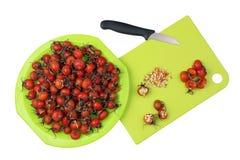 Обрабатывать ягод витамина целебных красных dogrose леса стоковое изображение