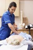 обрабатывать osteopath клиента женский Стоковая Фотография