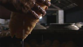 Обрабатывая matsutakes чистки и держать как можно быстрый после скомплектованный от природы, роскошных материалов еды стоковая фотография