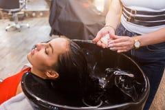 Обработка волос курорта, парикмахер прикладывает белую маску Стоковая Фотография