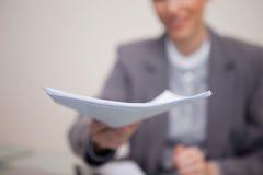 Обработка документов будучи вручанным сверх коммерсанткой Стоковое фото RF