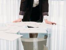 Обработка документов отчете о офиса дамы дела финансовая Стоковые Фото