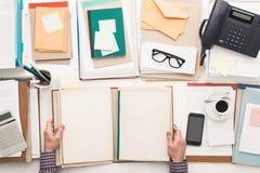 Обработка документов сочинительства работника офиса Стоковая Фотография RF