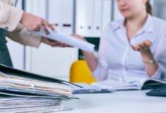 Обработка документов - человеческая рука держа файлы дела бумажные Отчеты о крайних сроков для представления Стоковое Изображение