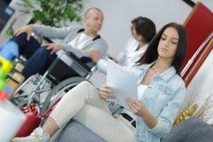 Обработка документов чтения женщины в зале ожидания Стоковое Фото