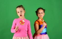 Обработка и концепция помадок Дети едят большие красочные сладостные карамельки Стоковое фото RF