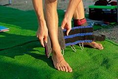 Обработка йоги для ядра, тонкого молодого человека получая оборудование качания йоги, выносливость человека превращаясь и протяги стоковые фотографии rf