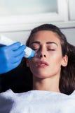 Обработка косметической стороны женщины частичная Стоковая Фотография RF