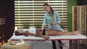 Обработка курорта в салоне красоты, masseur делает scrub для девушки сток-видео