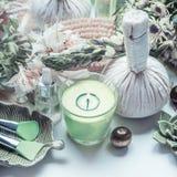 Обработка курорта с зеленой свечой, массажирует травяные шарики и естественные инструменты здоровья Стоковые Фото
