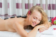 Обработка массажа курорта горячая минеральная каменная Стоковое Изображение