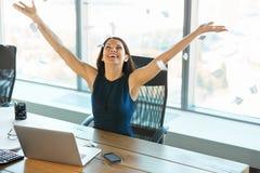 Обработка документов молодой бизнес-леди бросая в воздух Дело p Стоковые Фотографии RF