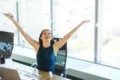 Обработка документов молодой бизнес-леди бросая в воздух Дело p Стоковая Фотография RF