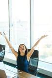 Обработка документов молодой бизнес-леди бросая в воздух Дело p Стоковое Изображение RF