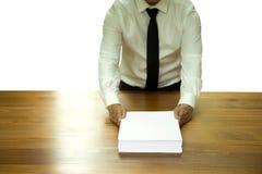 Обработка документов документа бизнесмена возвращающ для одобряет изолированный Стоковая Фотография RF