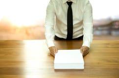 Обработка документов документа бизнесмена возвращающ для одобряет Стоковые Изображения RF