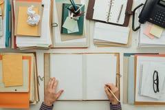 Обработка документов сочинительства работника офиса Стоковые Фотографии RF
