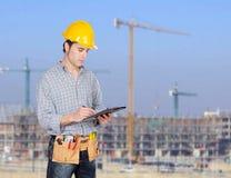 Обработка документов сочинительства рабочий-строителя Стоковое фото RF