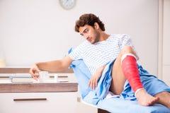 Обработка раненого человека ждать в больнице стоковое изображение