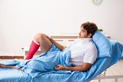 Обработка раненого человека ждать в больнице стоковое изображение rf