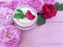 Обработка сливк бутылки косметики розовая на деревянном составе продукта предпосылки Стоковое Фото