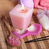 Обработка спы: соль моря, свечка, мыло, лепестки роз Стоковые Фото