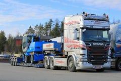 Обработчик Scania R580 Semi Terex Fuchs материальный на трейлере Стоковые Изображения RF