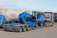 Обработчик Terex Fuchs материальный на Scania трейлере Semi Стоковые Изображения RF